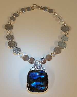 69375 - Handmade sterling silver necklace featuring Labradorite
