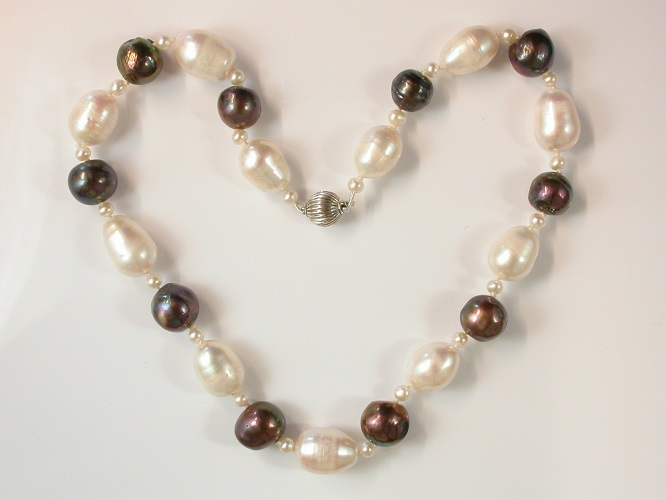 68582 - White & Black Storm Pearl Necklace