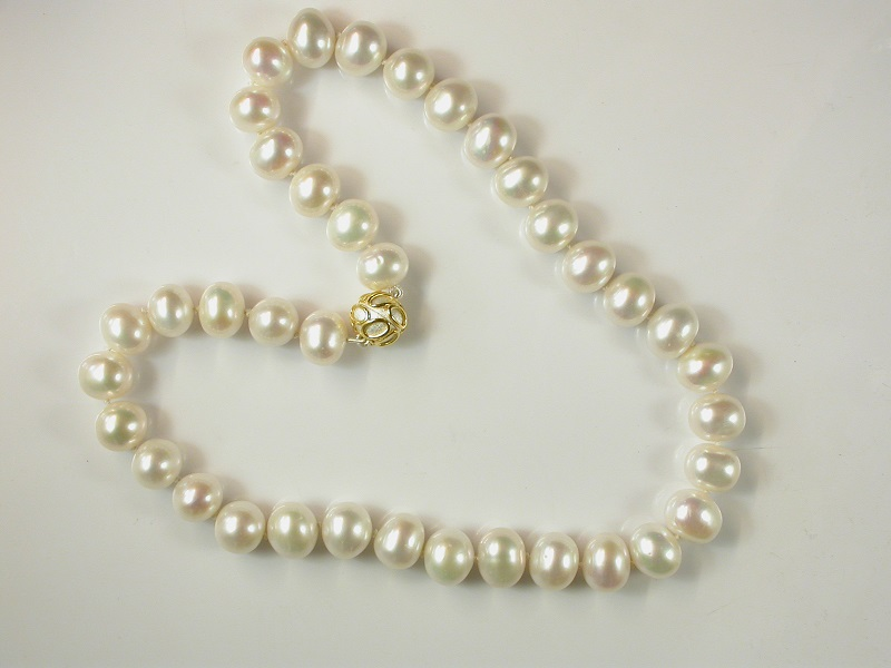 69577 - White oval cultured Pearl necklace with bi-colour plated silver magnetic clasp