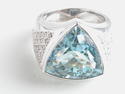 67105 - Breathtaking Aquamarine Trilliant Ring in 18ct White Gold