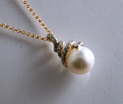 66860 - 9ct Yellow Gold Cultured Pearl & Diamond Pendant