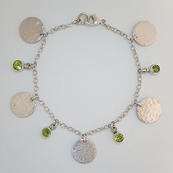 68708 - Handmade hammered silver Bracelet set with Peridot