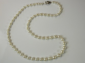 69104 - Graduated white Freshwater Cultured Pearl necklace with silver safety clasp