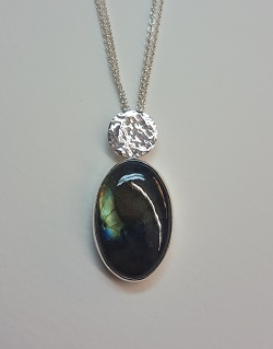 69586 - Handmade hammered pendant in Sterling Silver set with Labradorite