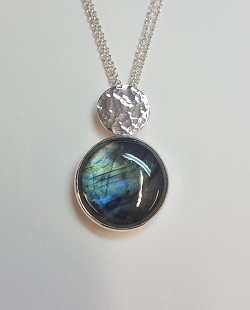 69587 - Handmade hammered pendant in Sterling Silver set with Labradorite